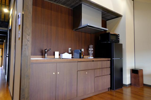 画像: 部屋内にはキッチンもあり、器一式、調理器具、カプセル式コーヒーメーカーもあります。