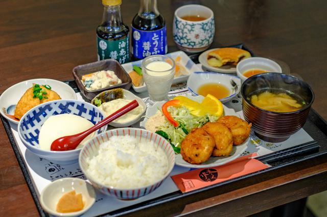 画像: お豆腐のメニューが盛り盛りのランチ。