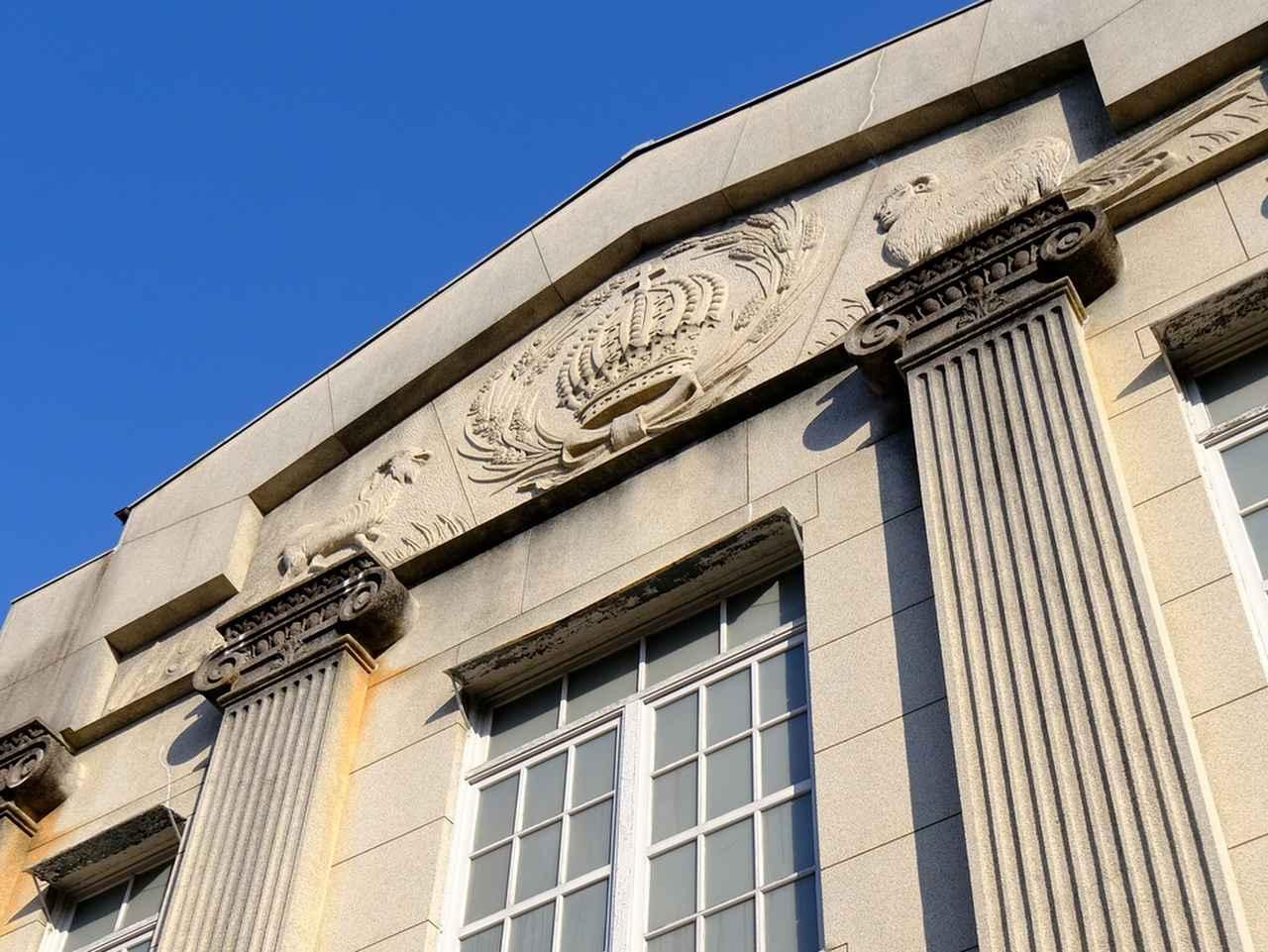 画像: イオニア式の石柱や、聖書のモチーフである王冠などが描かれた外観。