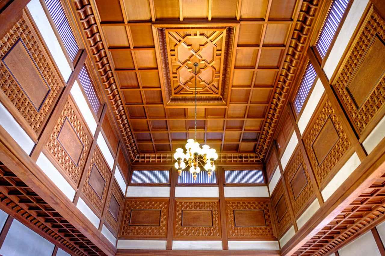 画像: 本館の吹き抜け天井。折上格天井には吉野杉。その側面には今では貴重な屋久杉が使われています。