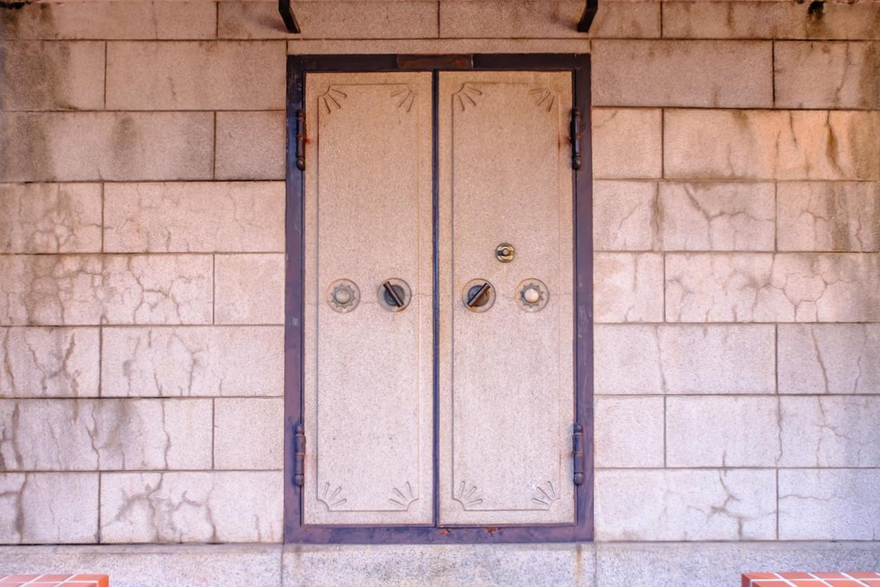 画像: 元銀行時代の金庫も、ギャラリーとして使われています。