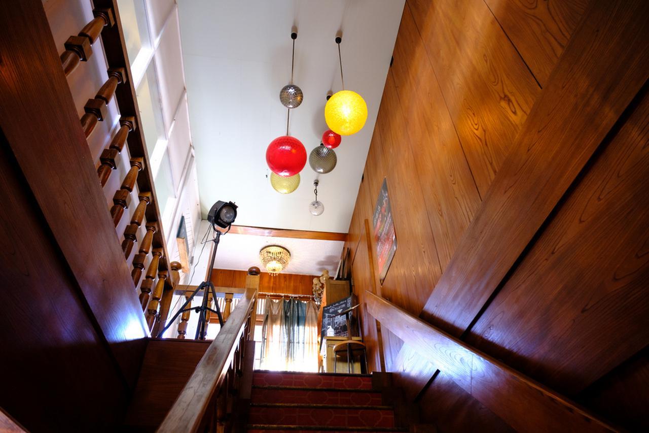 画像: おしゃれな空間に誘われる階段。