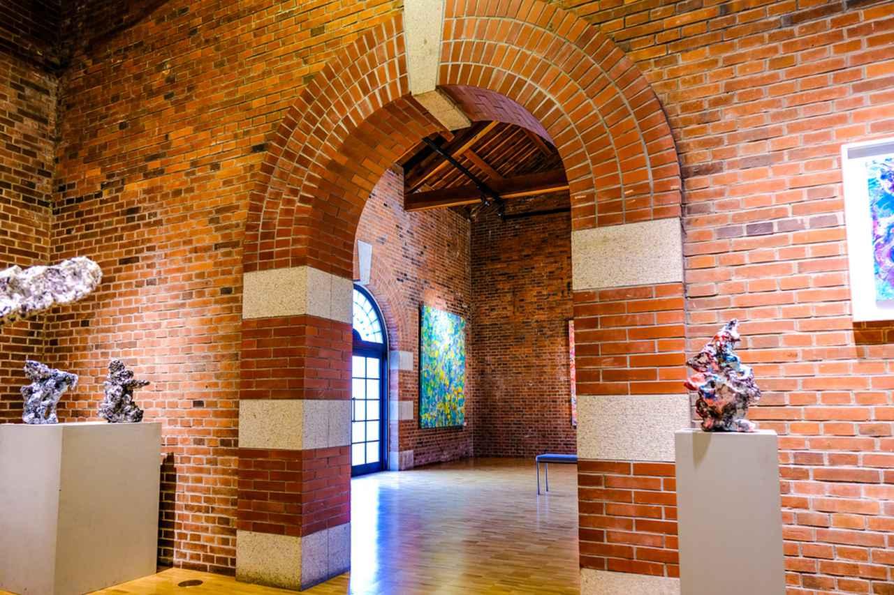 画像: レンガギャラリーではこの日、「中西 學 2010-2020 展」(2021.1.9 ~ 2.2)が開催中。素朴な質感の空間に作品が映えます。