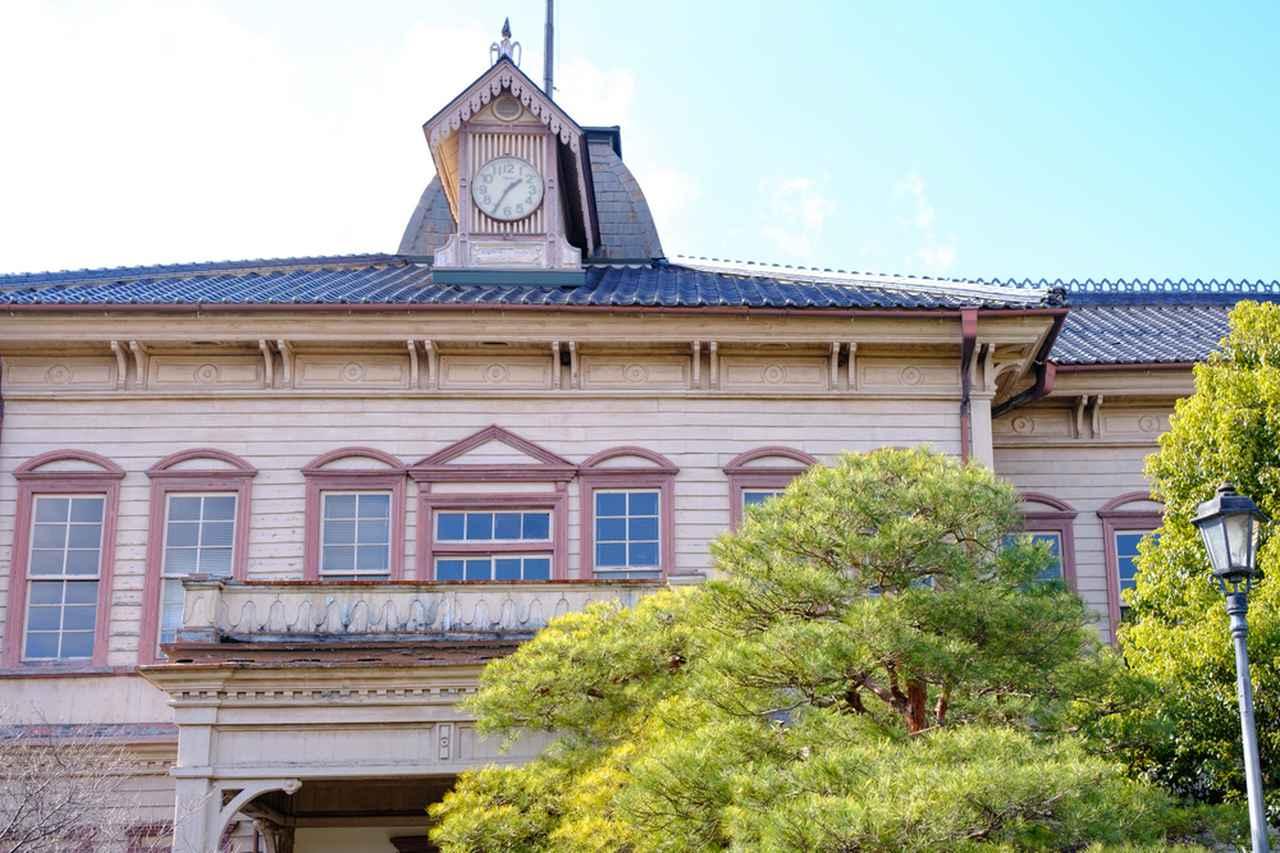 画像: 木造ルネッサンス建築の和洋折衷です。三角やかまぼこ型のペディメントや様々な装飾が見られます。