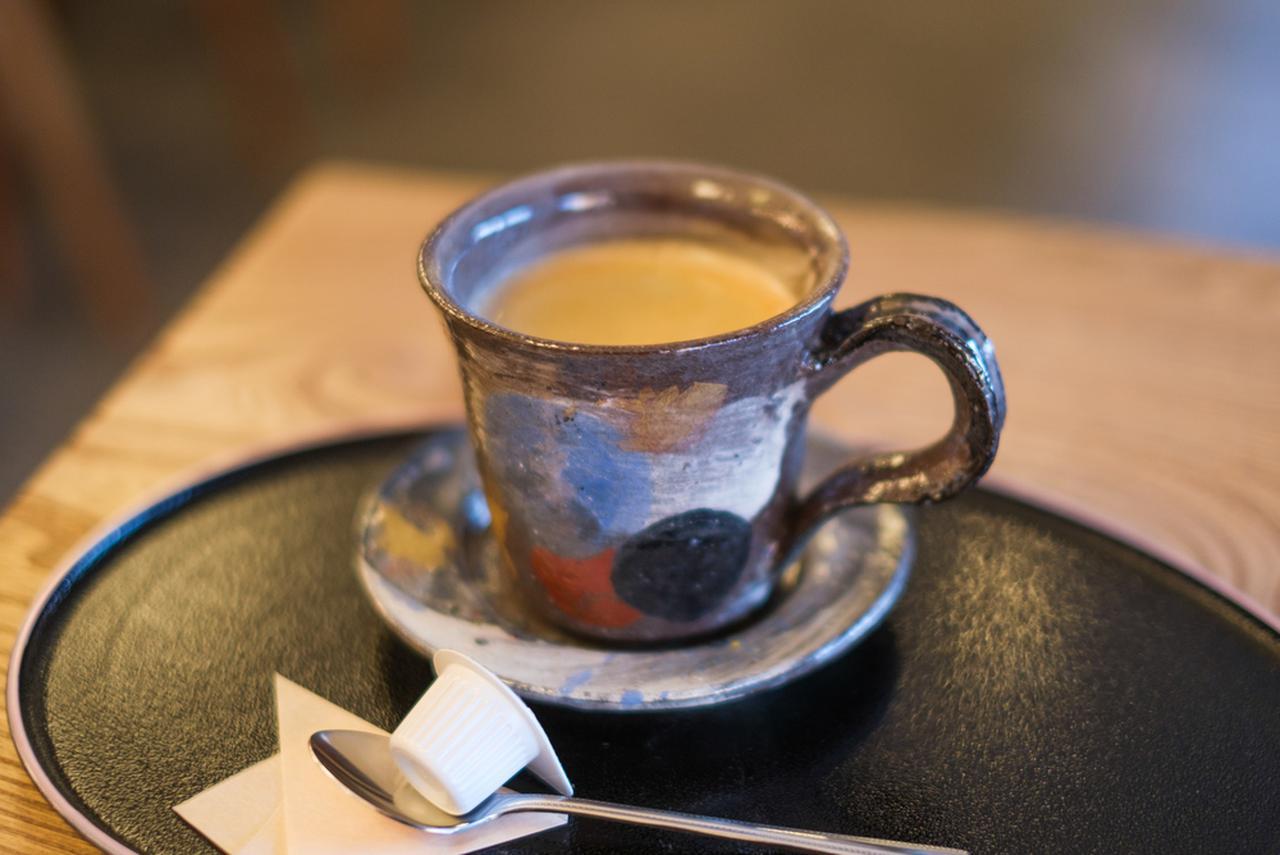 画像: 地元陶芸作家のカップ&ソーサーで提供される榕菴珈琲(ようあんコーヒー)。