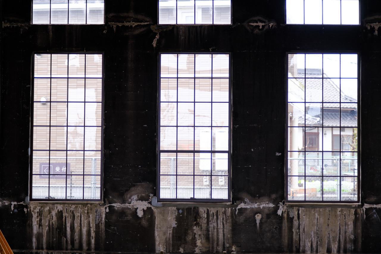 画像: 大きな窓がある車庫。