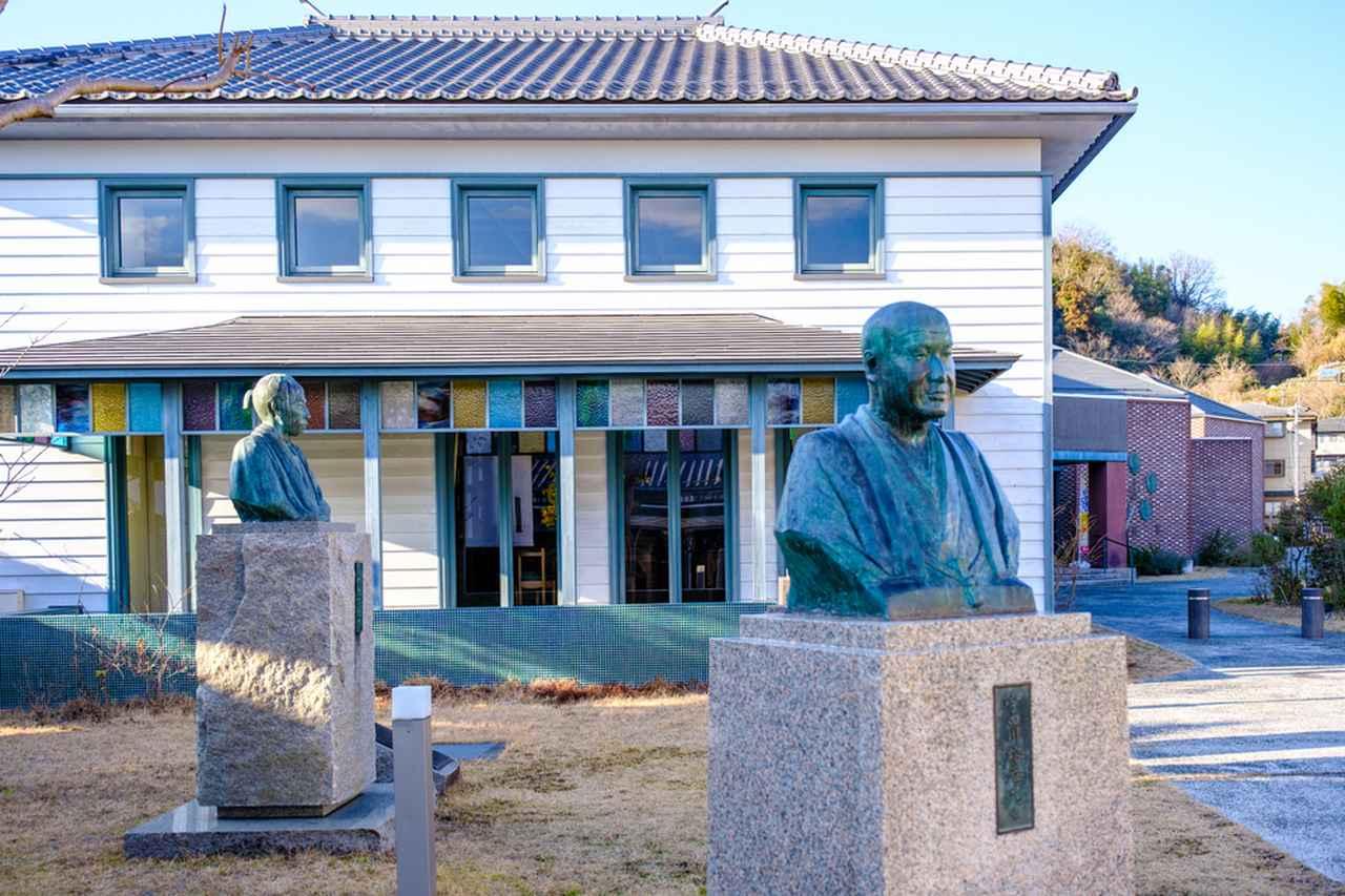 画像: 城東地区にある津山洋学資料館。津山の偉人の銅像が並んでいます。