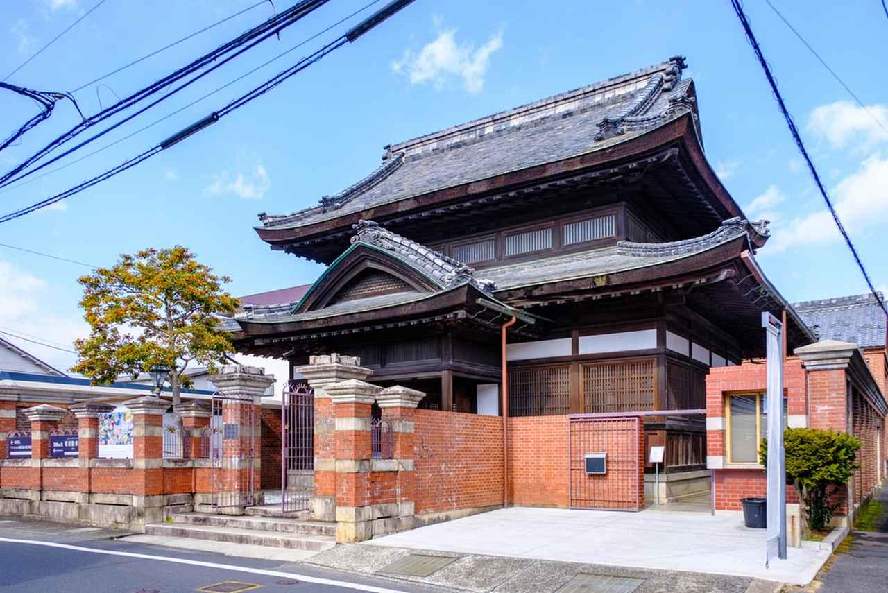 画像: 赤レンガに囲まれた寺院のような建築。バランスよく端正な姿です。