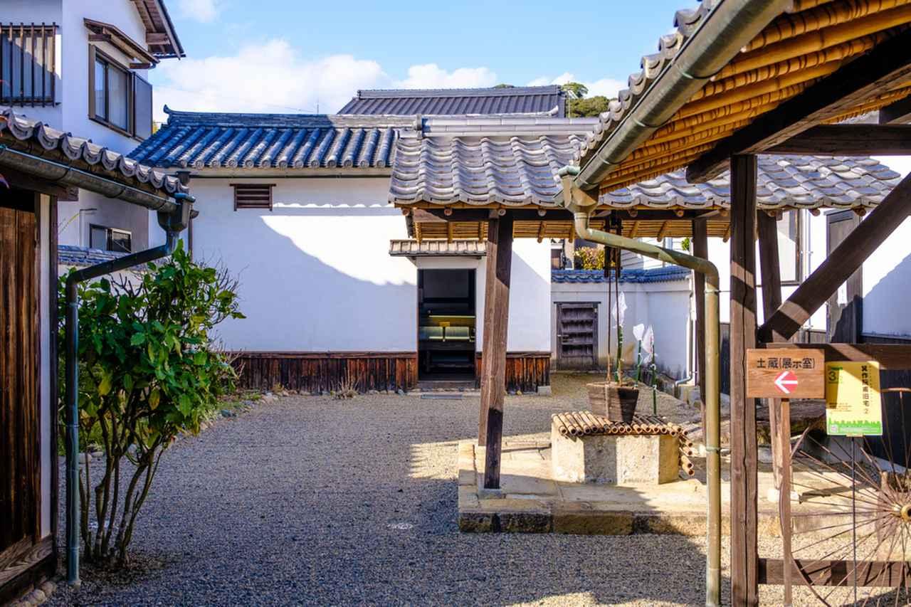 画像: 庭にある蔵には箕作阮甫についてのパネル展示があります。