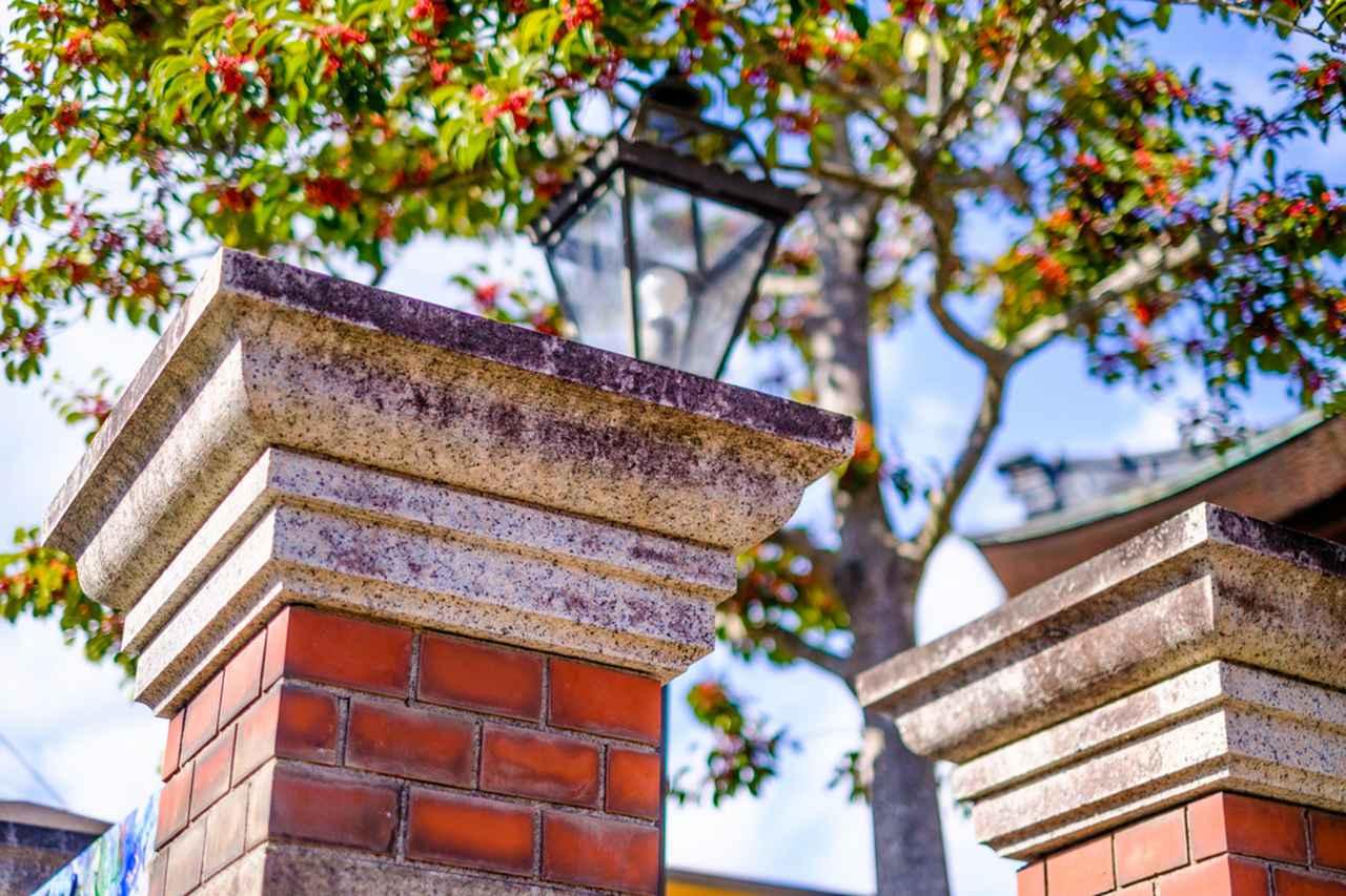 画像: レンガの合間には岡山の石「万成石(桜みかげ石)」が使われています。