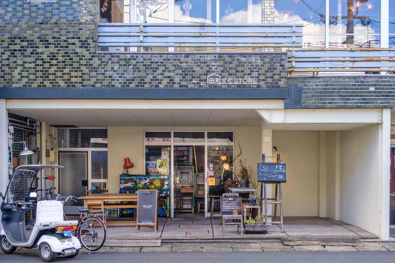 画像: タイルの外観もオシャレ。1階は家具やアンティークグッズが並ぶお店です。