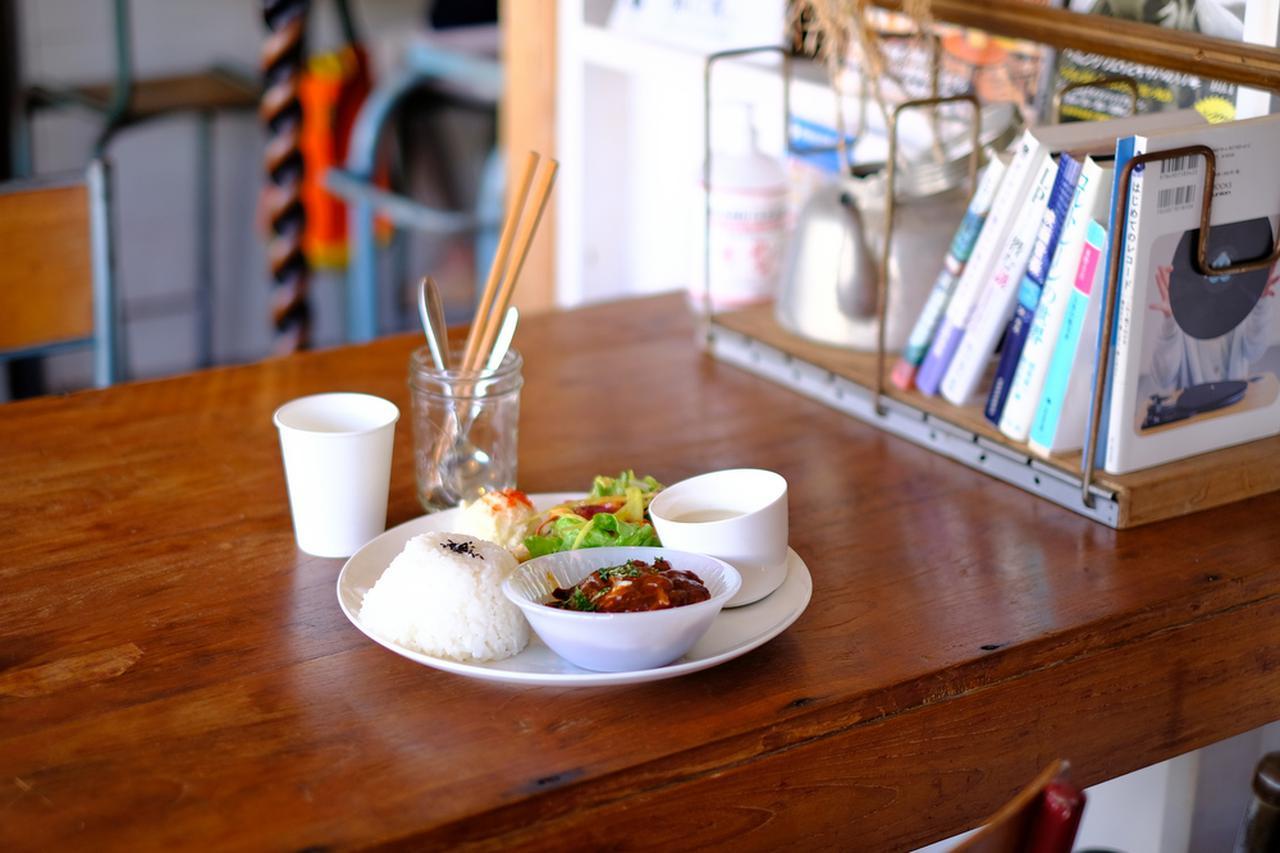 画像: テーブルには文庫本が置かれています。