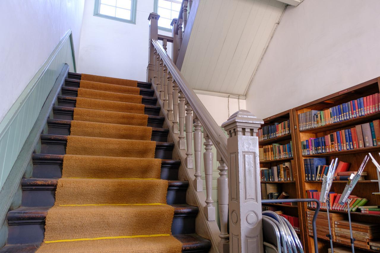 画像: 階段や手すりも優雅な彫刻の意匠が見られます。