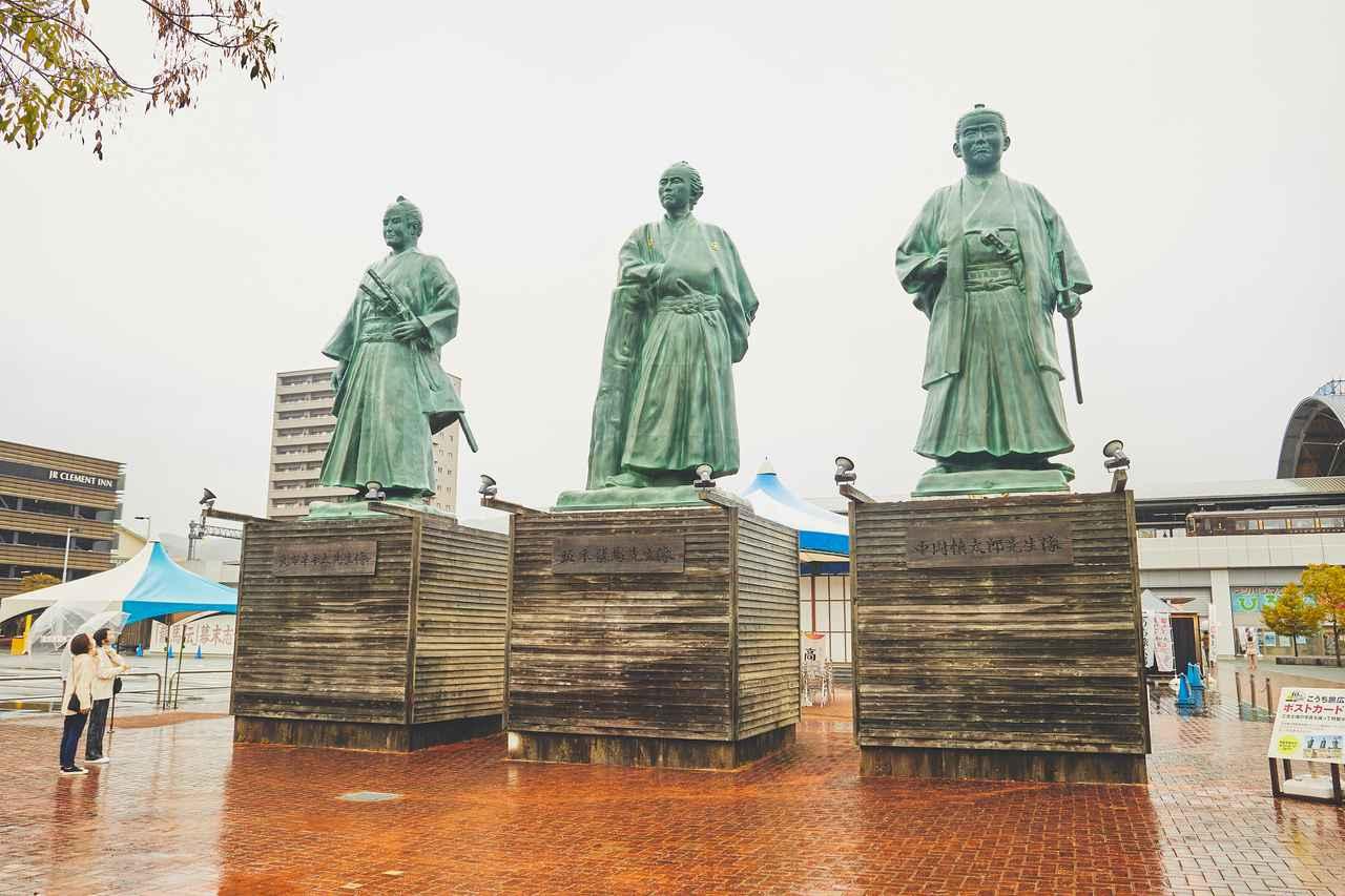画像1: 旅の起点は高知駅! 駅前の「こうち旅広場」で高知の名士にご挨拶