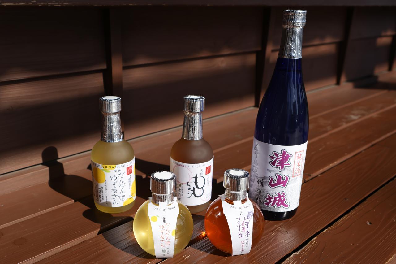 画像: 岡山名産の清水白桃やピオーネの味がひきたつ多胡本家酒造場の各種リキュールと、難波酒造の純米酒
