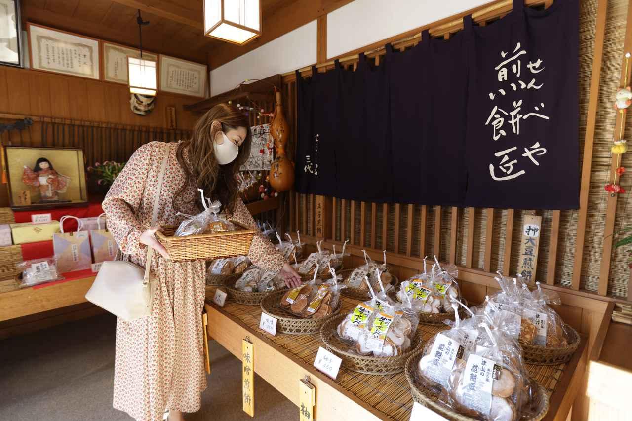 画像1: 昭和元年から続く老舗「なまくらや 煎餅匠」でお土産探し