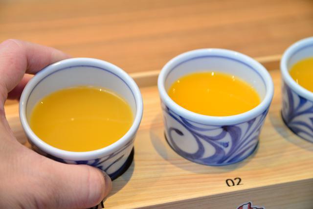 画像: 愛媛の工芸品である砥部焼(とべやき)の器で提供