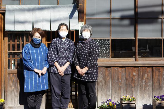 画像: 作州絣の作務衣に身を包んだ作州絣保存会会長の日名川茂美さん(中央)とスタッフのみなさん
