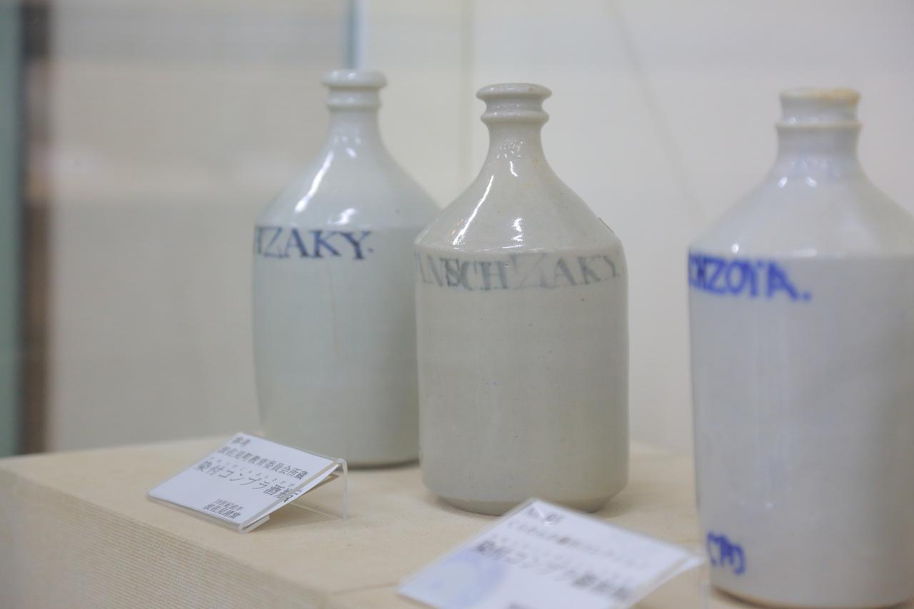 画像: 醤油や酒が入れられたコンプラ瓶。オランダ語で仲買人を意味するコンプラドールからこの名がつきました