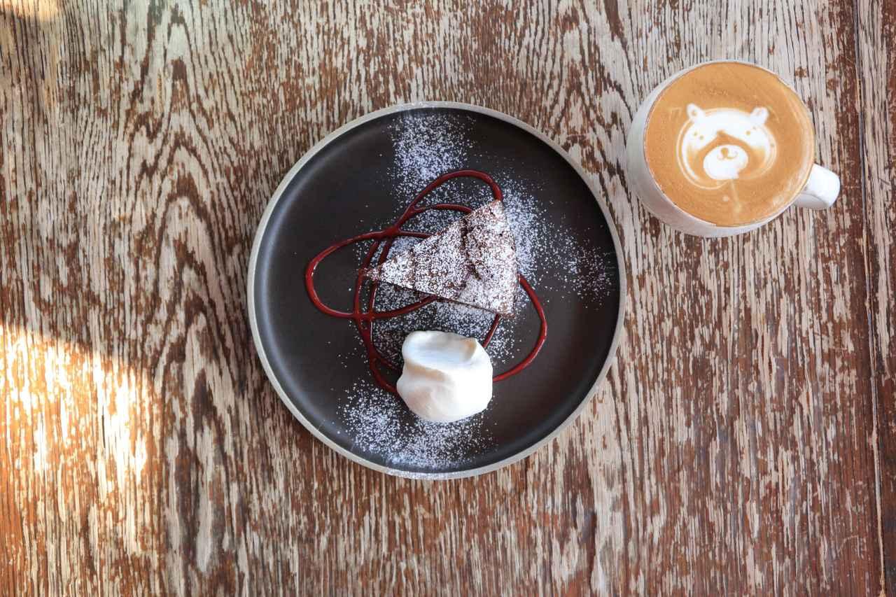 画像: 濃厚なチョコレートケーキのうつわは、「HASAMI PORCELAIN」。アートラテには「太一窯」のカップを使用