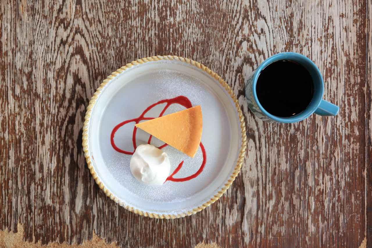 画像: 爽やかな酸味がちょうどいい手作りチーズケーキのうつわは「京千」。コーヒーカップは「マルヒロ」