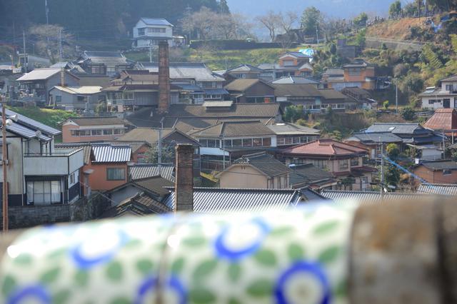 画像: 山の斜面地に立ち並ぶ窯元関係の家々