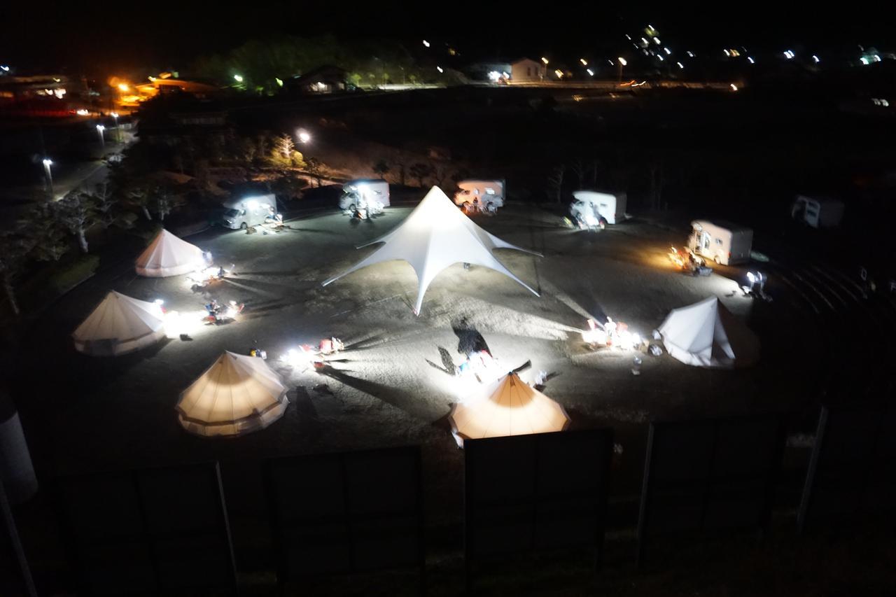 画像: 夜はグランピングとキャンピングカー合わせて10もの宿泊施設が整いました