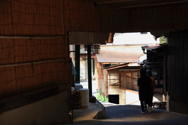 画像: 細い路地を挟んで、窯元関係の建物が連なっています