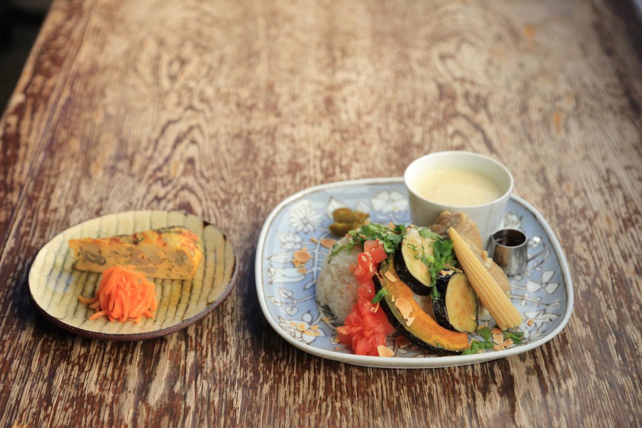 画像: 日替わりランチに使ううつわは、もちろん波佐見焼。「wazan」の平皿、カレーが入っているのは、「essence」のそばちょこです。サラダは「紀窯」の小皿