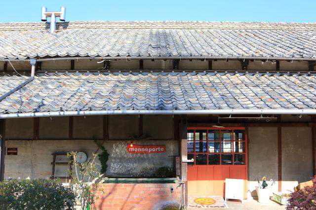 画像: 味わい深い瓦葺が印象的な木造家屋。オレンジの扉を開けると、アートな空間が広がります