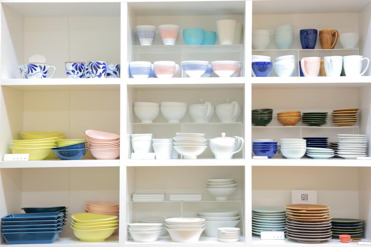 画像: カラフルな日常食器が並びます