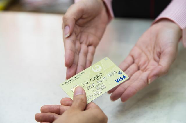 画像4: 旅の最後は那覇空港内のショップで、JALカードでおトクにおみやげを購入
