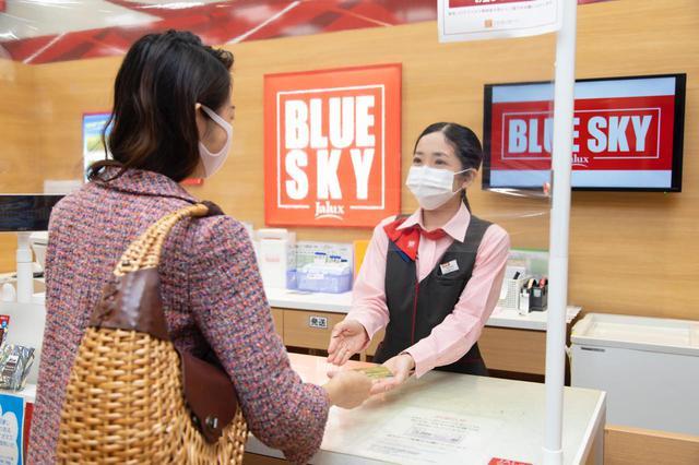 画像3: 旅の最後は那覇空港内のショップで、JALカードでおトクにおみやげを購入