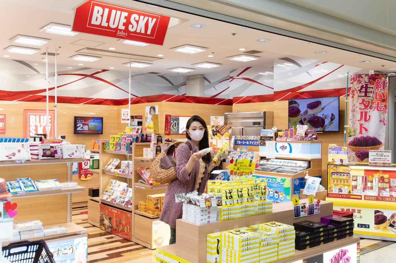 画像1: 旅の最後は那覇空港内のショップで、JALカードでおトクにおみやげを購入