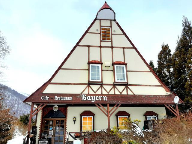 画像: 田園に突如現れる、木組み風の三角屋根の建物が楽しい。1979年創業