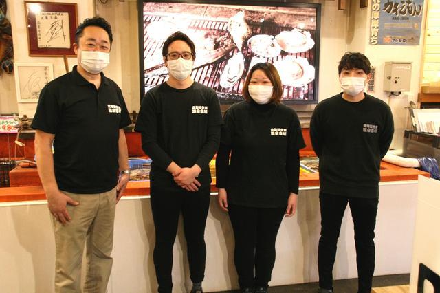 画像: 吉田武史さん(左端)。登別の魚介を伝えるべく魚屋からスタートし、通販→店舗まで