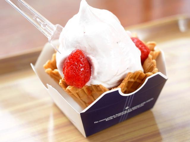 画像: 「いちごソフトクリーム」。濃厚なソフトといちごのジャムの甘味が優しく融合