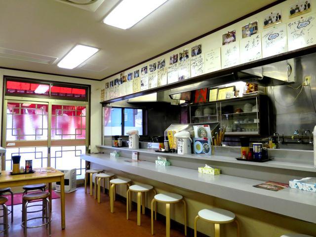 画像: カウンターとテーブル、小上がりがある店内。通し営業なのも嬉しい