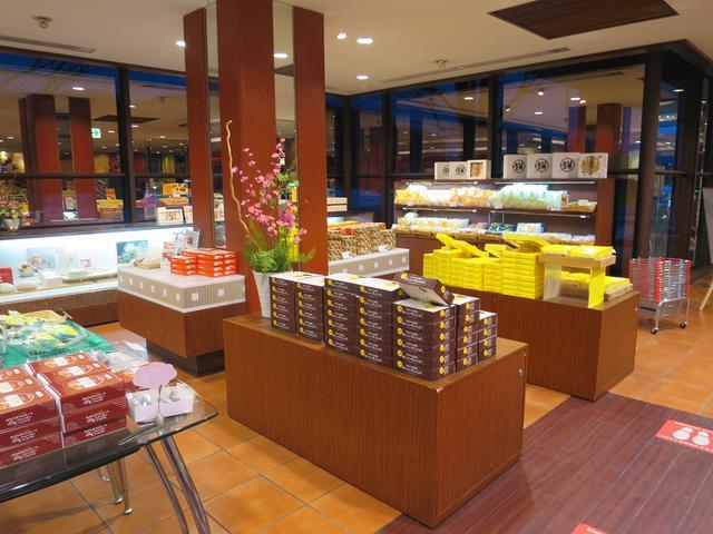画像: 看板商品の「わかさいも」など様々な土産菓子がずらりと並ぶ