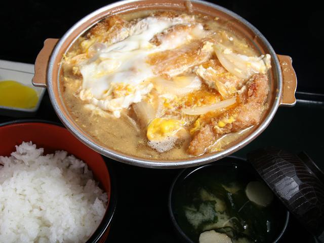 画像: 「かつ丼」1100円 かつとご飯がセパレートなタイプで、固形燃料で熱々