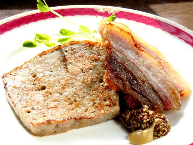 画像: 腸詰せず型で仕上げたコクのあるソーセージと、塩漬け&乾燥からの燻煙仕上げのベーコン