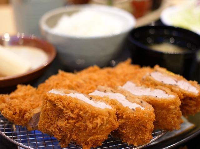 画像: 北海道産豚肉使用。ジューシーで柔らか。ごまソース&和風おろしぽん酢で食べ比べ