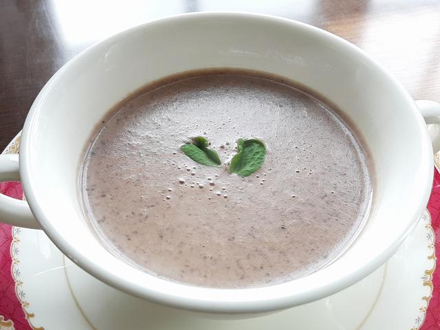 画像: 「そうべつ産黒豆のポタージュ」。なめらかでクリーミーな黒豆風味に驚く