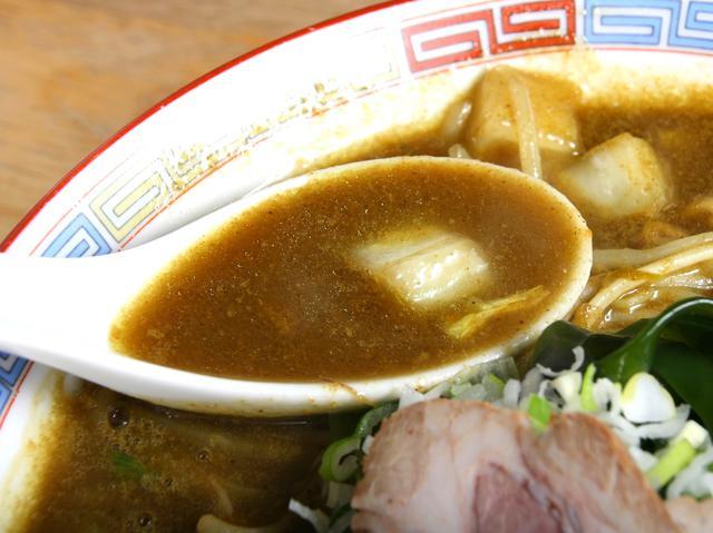 画像: トンコツと野菜がベースのスープにカレーだれが加わり、香ばしさも漂う