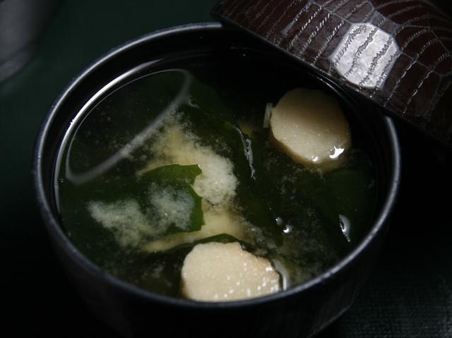 画像: お味噌汁もつき、定食や膳のような雰囲気を醸し出している