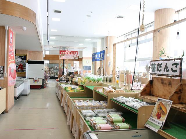 画像: 館内には地元の名産品などがずらりと並ぶ。時期限定の商品も多し