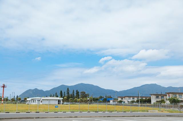 画像: 空港から見える寝姿山。妊婦さんが寝ころんだかのような、おおらかな姿
