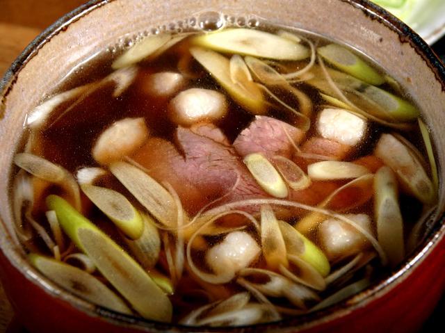 画像: 出汁感ただようつけ汁に、柔らかで上質な野田鴨が贅沢に入る