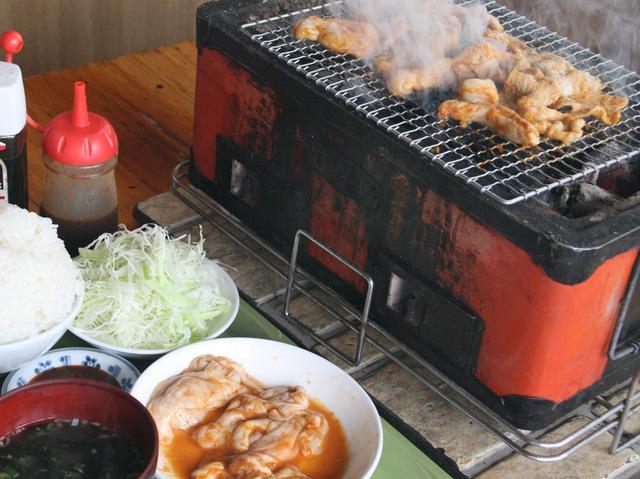 画像: 卓上の炭火のロースターで、自ら焼いて行くスタイル