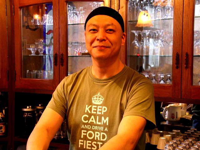 画像: 3代目の岩本秀之さん。喫茶の他、手作りキムチ製造も手掛けている